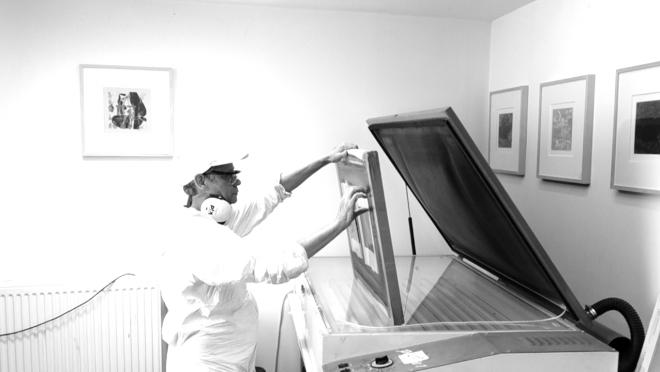 Portrait-Vidéo de l'artiste exposant les écrans des Shakti-Yoni: Ecstatic Cosmic Dances #70