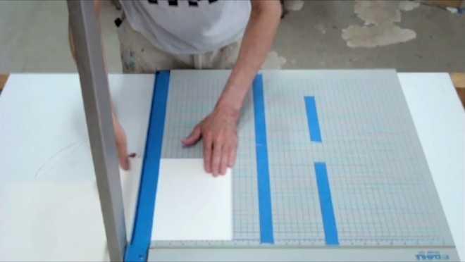 Au travail sur la série des Petits Papiers #6 : découper les petits papiers