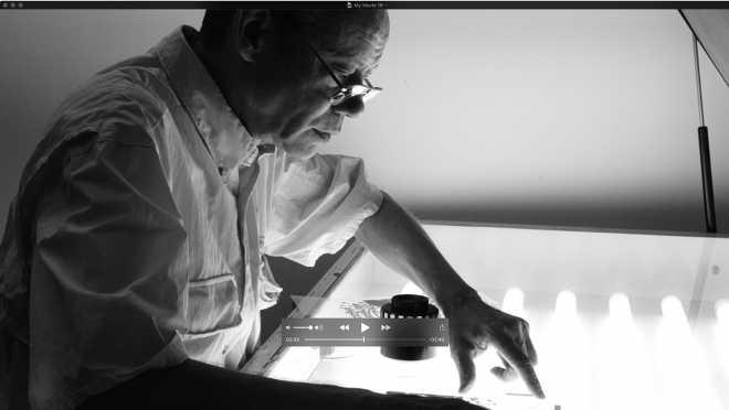 Portrait-Vidéo de l'artiste sérigraphiant la série des Shakti-Yoni: Ecstatic Cosmic Dances #12
