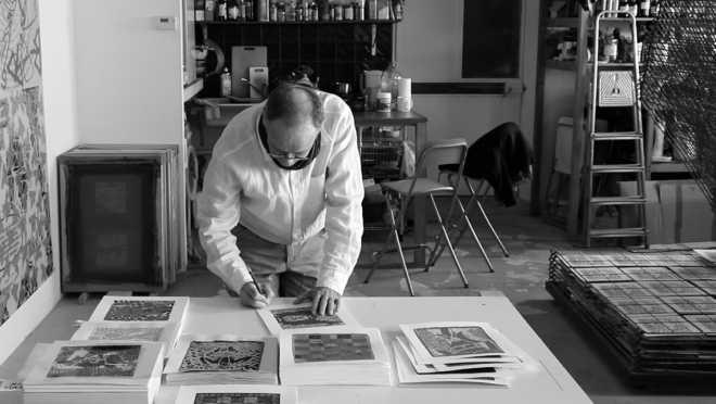 Portraits de l'artiste signant sa série des Shakti-Yoni: Ecstatic Cosmic Dances #67