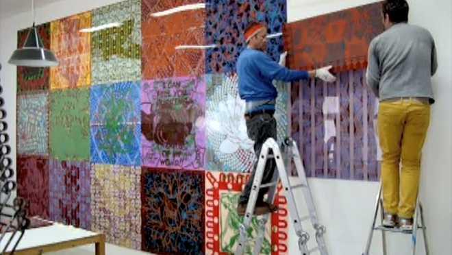 Au travail sur la série des Suites Entropiques #18 : installation murale de 18 peintures