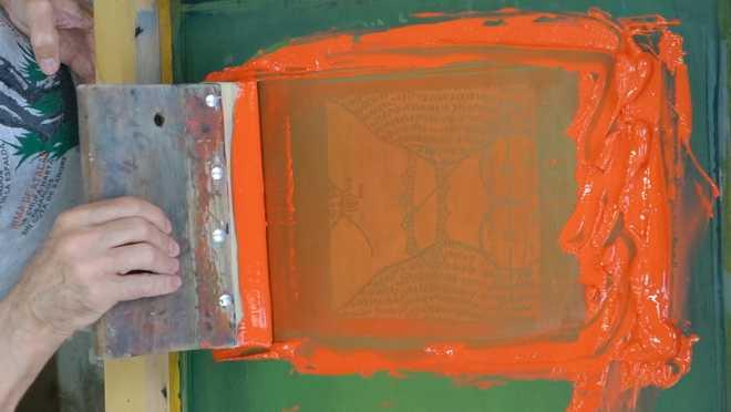 Portrait de l'artiste sérigraphiant la série des Shakti-Yoni: Ecstatic Cosmic Dances #58