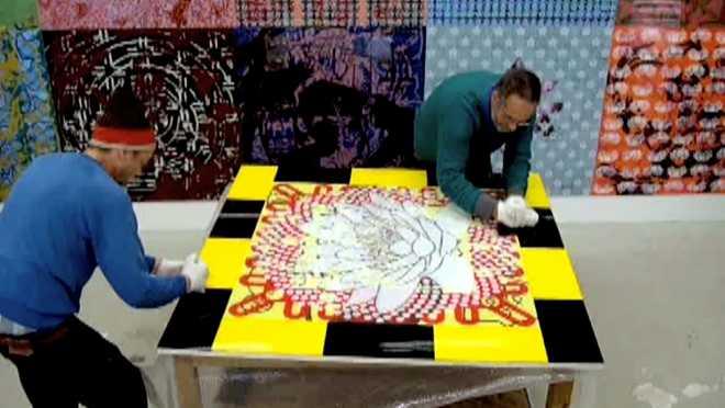 Au travail sur la série des Suites Entropiques #17 : assembler les peintures sur Plexiglas