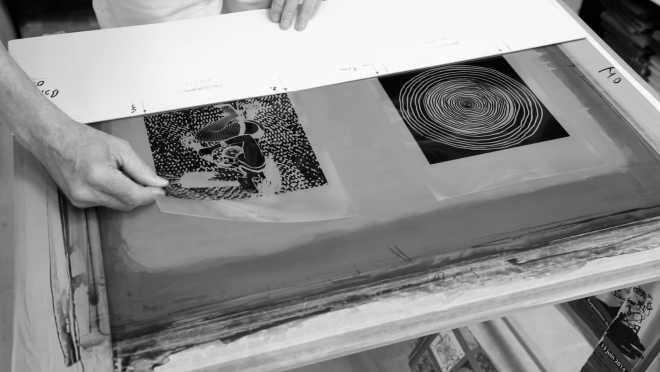 Portrait-Vidéo de l'artiste exposant les écrans des Shakti-Yoni: Ecstatic Cosmic Dances #51