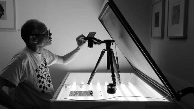 Portrait-Vidéo de l'artiste sérigraphiant la série des Shakti-Yoni: Ecstatic Cosmic Dances #52
